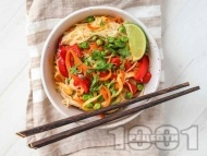 Рецепта Оризови нудли с морков, тиквичка, грах и таханов сос
